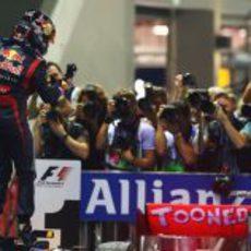 Sebastian Vettel celebra su triunfo en Singapur