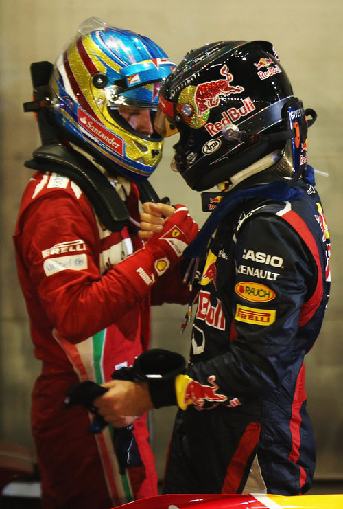 Fernando Alonso y Sebastian Vettel se felicitan tras la carrera