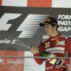 Fernando Alonso celebra su tercer puesto en Singapur