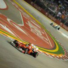 Fernando Alonso rueda en la carrera nocturna de Marina Bay