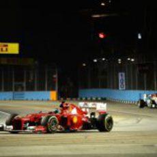 Fernando Alonso completa otra vuelta más en Marina Bay