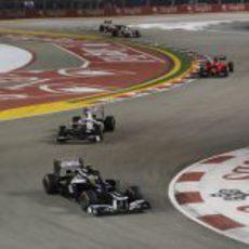 Bruno Senna rueda por delante de Kamui Kobayashi