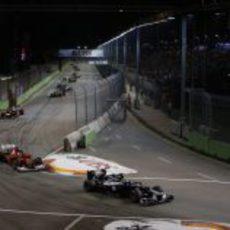 Pastor Maldonado encabeza este grupo de coches en Marina Bay