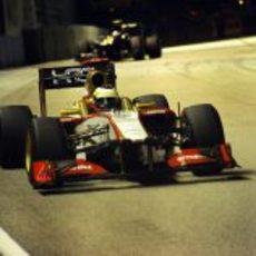 Pedro de la Rosa rueda delante de Vitaly Petrov en Singapur
