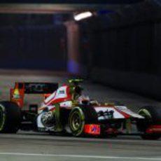 Narain Karthikeyan pasa la zona del túnel en Singapur