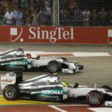 Nico Rosberg y Michael Schumacher en la salida de la carrera