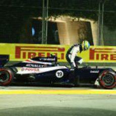 Bruno Senna se baja de su monoplaza tras impactar contra el muro