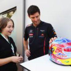 """Mark Webber conoce a la """"diseñadora"""" de su casco especial para Singapur"""