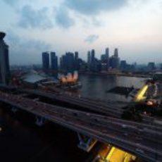 La bahía de Singapur antes de caer la noche