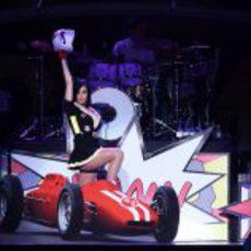 Katy Perry sobre el escenario subida en un Fórmula 1