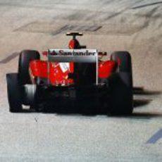 Felipe Massa con un neumático pinchado tras la salida del GP de Singapur 2012
