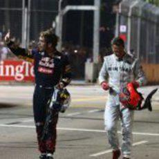 Vergne y Schumacher fuera de sus coches tras el accidente en Singapur
