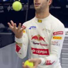 Daniel Ricciardo se divierte con el tenis