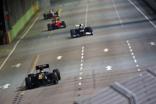 Heikki Kovalainen lidera el grupo trasero