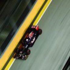 Daniel Ricciardo a toda velocidad al lado del muro