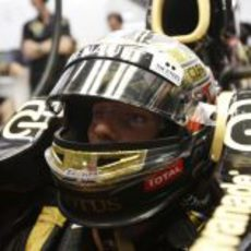Romain Grosjean observa atento los tiempos