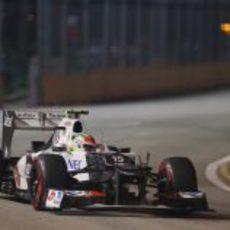 Sergio Pérez sale de una curva en Marina Bay