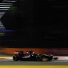 Daniel Ricciardo pilota el STR7 en la noche de Singapur