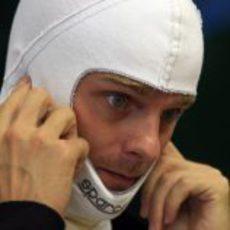 Heikki Kovalainen se tapa los oídos por el ruido del motor