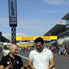 Antonio Lobato y Pedro de la Rosa pasean por la pista de Suzuka