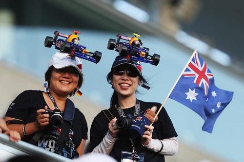 Dos aficionadas japonesas de Red Bull con coches en la cabeza