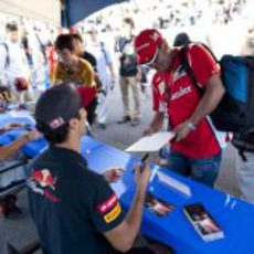 Daniel Ricciardo firma autógrafos