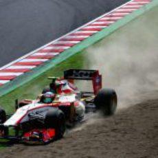 Narain Karthikeyan pisa la tierra durante la clasificación del GP de Japón 2012