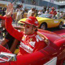 Fernando Alonso saludando al público japonés antes de la carrera