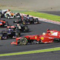 Fernando Alonso pincha un neumático en la primera curva de Suzuka