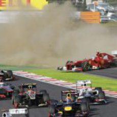 Fernando Alonso fuera de la pista en la primera curva de Japón 2012