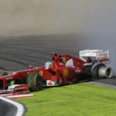 El Ferrari de Fernando Alonso con el neumático trasero derecho desllantado