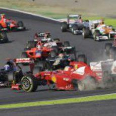 Alonso y su Ferrari trompean en la primera curva de Suzuka