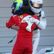 Massa y Kobayashi se abrazan en el GP de Japón 2012