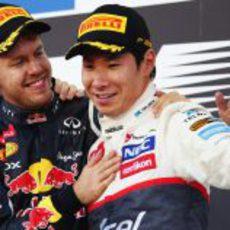 Vettel felicita a Kobayashi en el podio del GP de Japón 2012