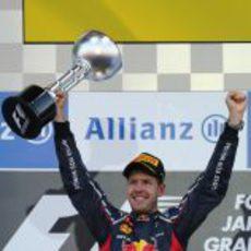 Sebastian Vettel levanta su trofeo de ganador en el GP de Japón 2012