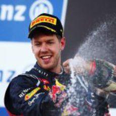 Sebastian Vettel descorcha el champán en el podio de Japón