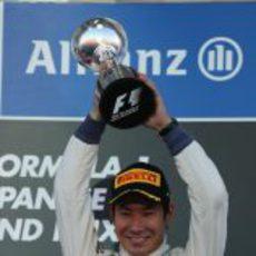 Kamui Kobayashi levanta su trofeo de tercero en el GP de Japón 2012
