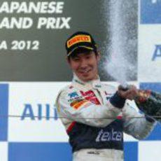Kobayashi descorcha el champán en el podio de Japón