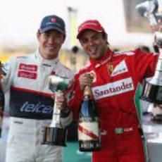 Kobayashi y Massa muestran orgullosos sus trofeos del GP de Japón 2012
