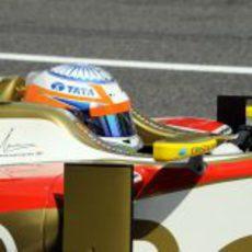 Plano de Narain Karthikeyan a los mandos del F112