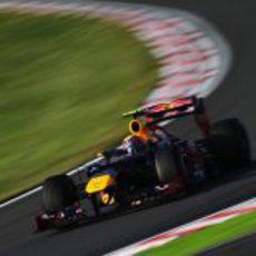 Mark Webber se tocó con Grosjean en la segunda curva