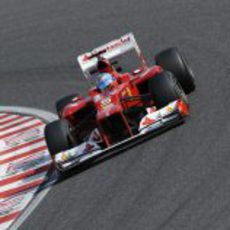 Fernando Alonso toma una curva de Suzuka