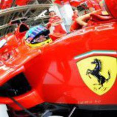 Fernando Alonso en su Ferrari dentro del box