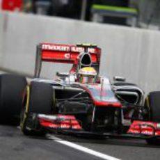 Lewis Hamilton entra a boxes