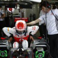 Jenson Button, con su renovado casco, entra a su McLaren