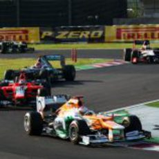 Charles Pic entre dos pilotos de Mercedes