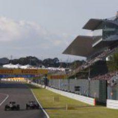 Romain Grosjean adelanta a Jean-Eric Vergne al final de la recta