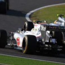 Sergio Pérez persigue a Lewis Hamilton