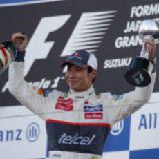 Kamui Kobayashi posa con su trofeo en Japón