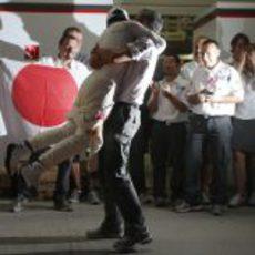Kamui Kobayashi se abraza con su agente